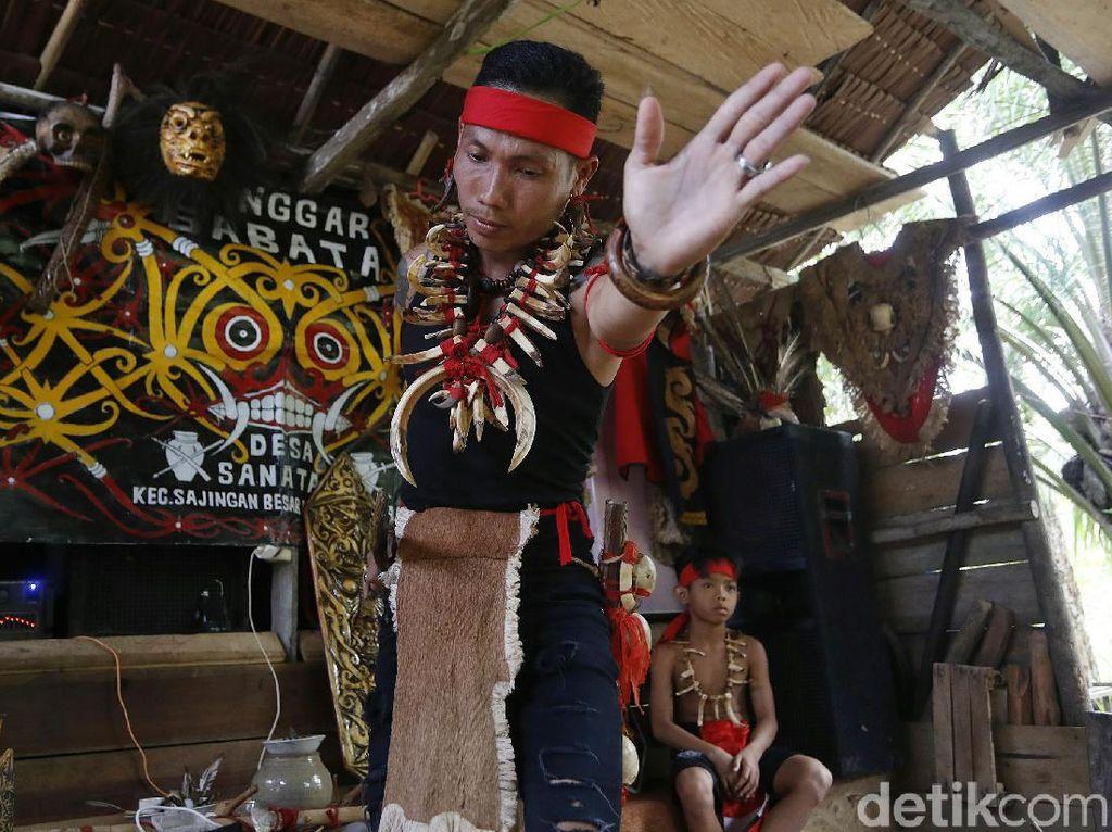 Cerita Suku Dayak Bertahan di Perbatasan Indonesia-Malaysia