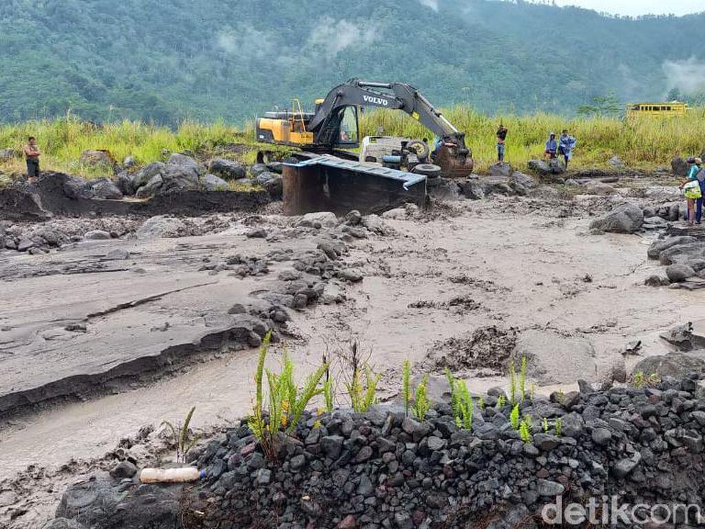 Detik-detik Truk Pasir Terseret Banjir Lahar Hujan Semeru
