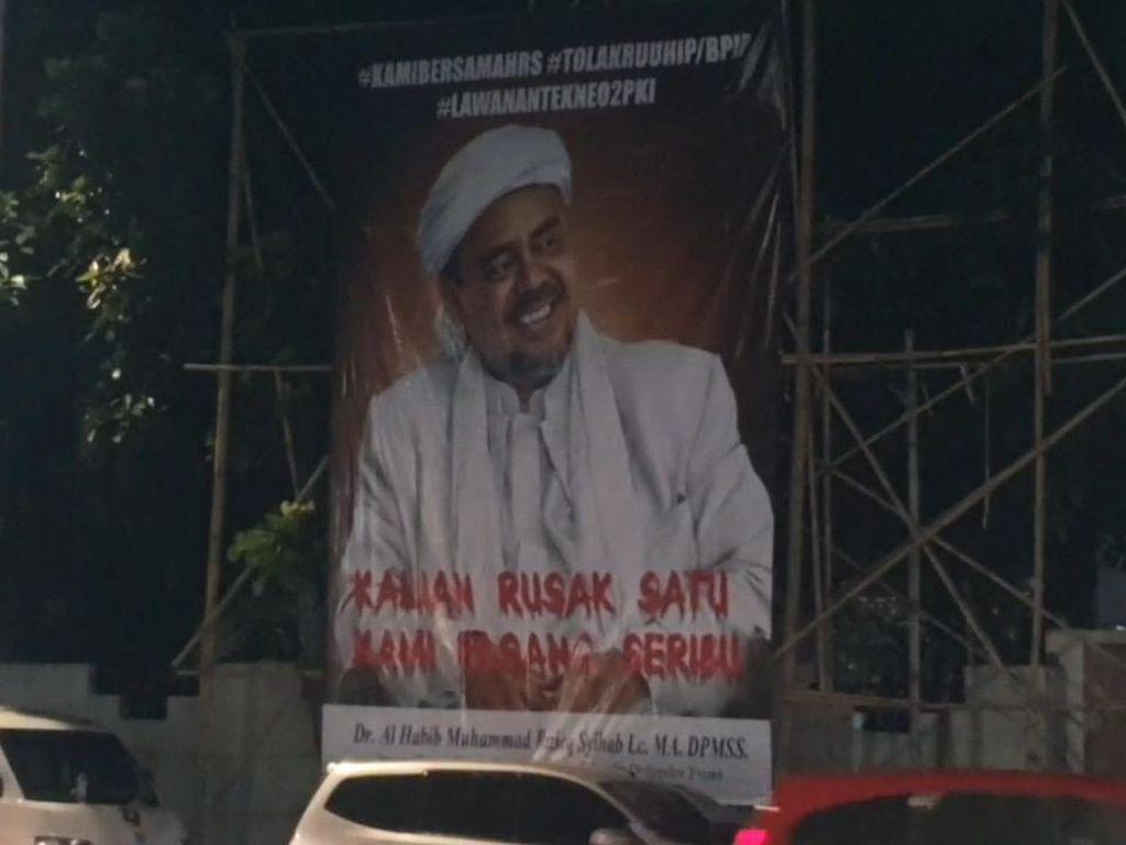 Baliho Habib Rizieq Muncul Lagi di Petamburan
