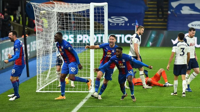 LONDON, ENGLAND - DECEMBER 13: Jeffrey Schlupp of Crystal Palace  celebrates with Gary Cahill and Christian Benteke  after scoring their teams first goal during the Premier League match between Crystal Palace and Tottenham Hotspur at Selhurst Park on December 13, 2020 in London, England. A limited number of spectators (2000) are welcomed back to stadiums to watch elite football across England. This was following easing of restrictions on spectators in tiers one and two areas only. (Photo by Glyn Kirk - Pool/Getty Images)