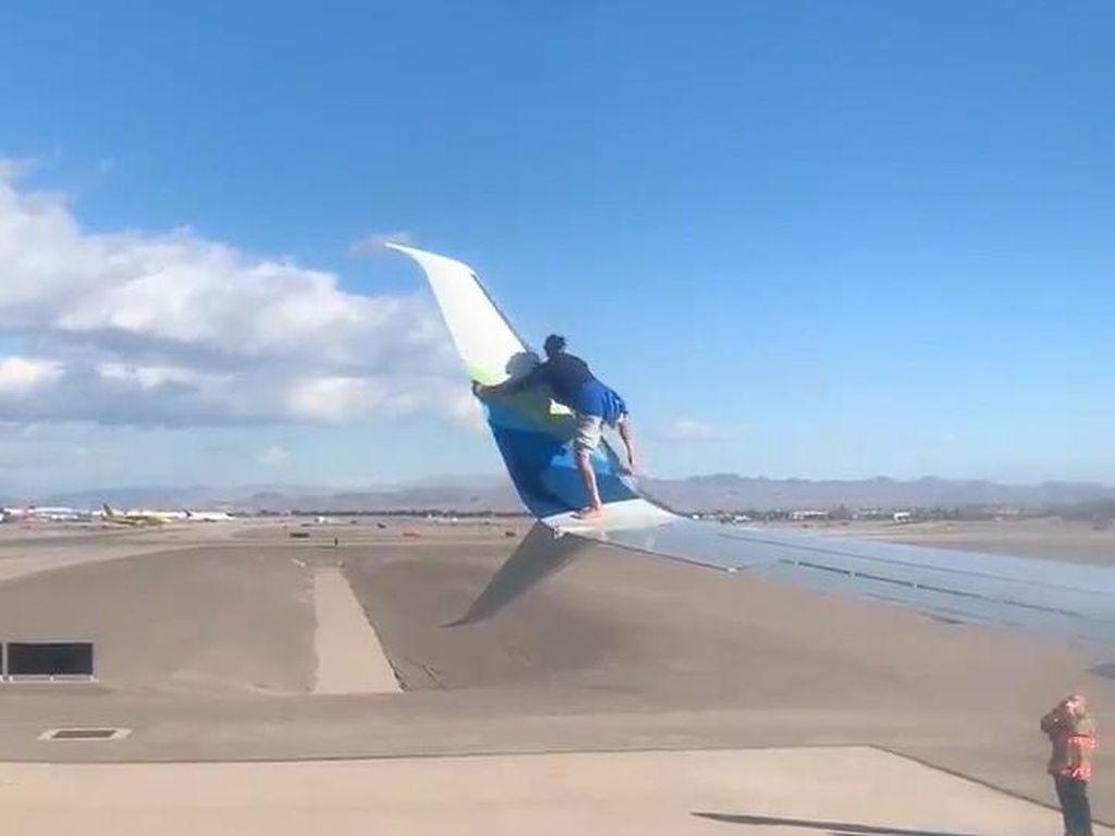 Naik Sayap Pesawat, Pria di Las Vegas Bikin Geger