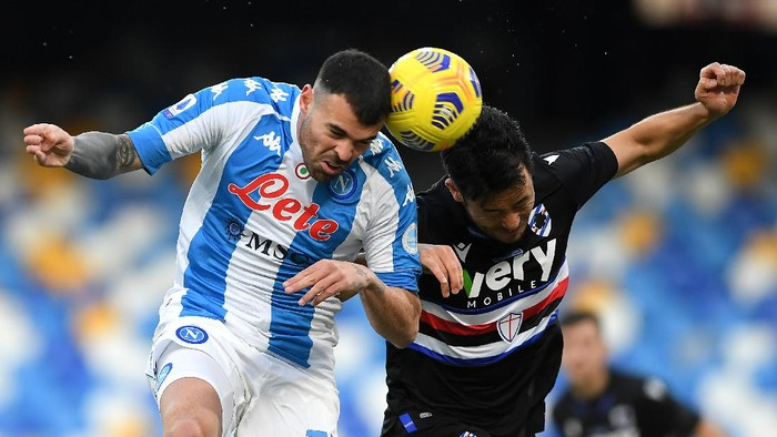 NAPLES, ITALY - DECEMBER 13: Andrea Petagna of S.S.C. Napoli competes for a header with Maya Yoshida of U.C. Sampdoria during the Serie A match between SSC Napoli and UC Sampdoria at Stadio Diego Armando Maradona on December 13, 2020 in Naples, Italy. Sporting stadiums around Italy remain under strict restrictions due to the Coronavirus Pandemic as Government social distancing laws prohibit fans inside venues resulting in games being played behind closed doors. (Photo by Francesco Pecoraro/Getty Images)