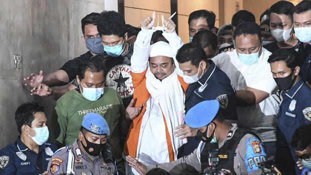 Imam Besar Front Pembela Islam (FPI) Habib Rizieq Shihab usai diperiksa di Mapolda Metro Jaya, Jakarta, Minggu (13/12/2020) dini hari. Rizieq Shihab ditahan penyidik Ditreskrimum Polda Metro Jaya untuk kepentingan penyidikan perkara kasus dugaan pelanggaran protokol kesehatan COVID-19 terkait kerumunan di Petamburan, Tanah Abang, Jakarta pada 14 November lalu. ANTARA FOTO/Hafidz Mubarak A/pras.