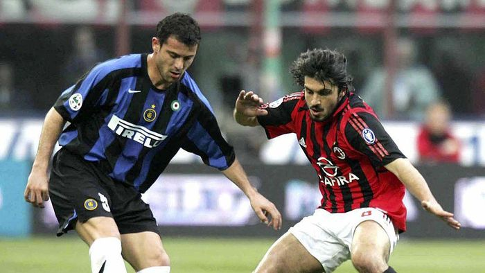 MILAN, ITALY - APRIL 14: Gennaro Gattuso of AC Milan challenges Dejan Stankovic of Inter during the Serie A match between AC Milan and Inter Milan at the San Siro on April 14, 2006 in Milan, Italy. AC won the match 1-0. (Photo by Newpress/Getty Images)