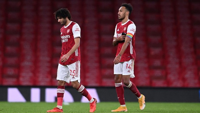 LONDON, ENGLAND - DECEMBER 13: Mohamed Elneny and Pierre-Emerick Aubameyang of Arsenal look dejected as they leave the pitch following the Premier League match between Arsenal and Burnley at Emirates Stadium on December 13, 2020 in London, England. A limited number of spectators (2000) are welcomed back to stadiums to watch elite football across England. This was following easing of restrictions on spectators in tiers one and two areas only. (Photo by Laurence Griffiths/Getty Images)