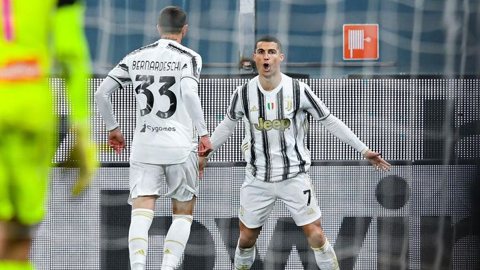 GENOA, ITALY - DECEMBER 13: Cristiano Ronaldo of Juventus (R) celebrates with his team-mate Federico Bernardeschi after scoring his second goal on his second penalty kick during the Serie A match between Genoa CFC and Juventus Fc at Stadio Luigi Ferraris on December 13, 2020 in Genoa, Italy. (Photo by Paolo Rattini/Getty Images)