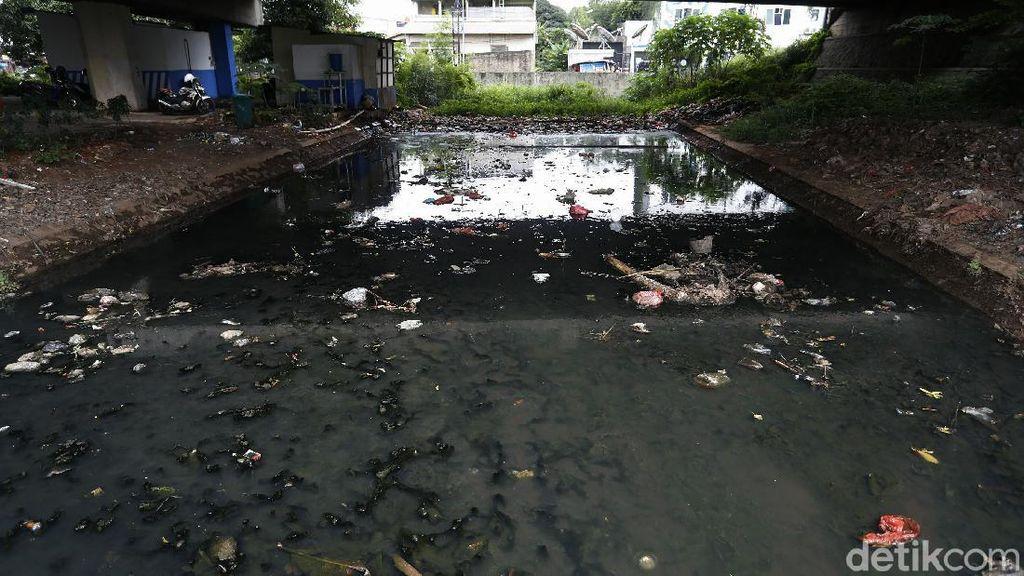Jorok! Bantaran Kali di Kolong Jembatan Tol Jati Warna Penuh Sampah