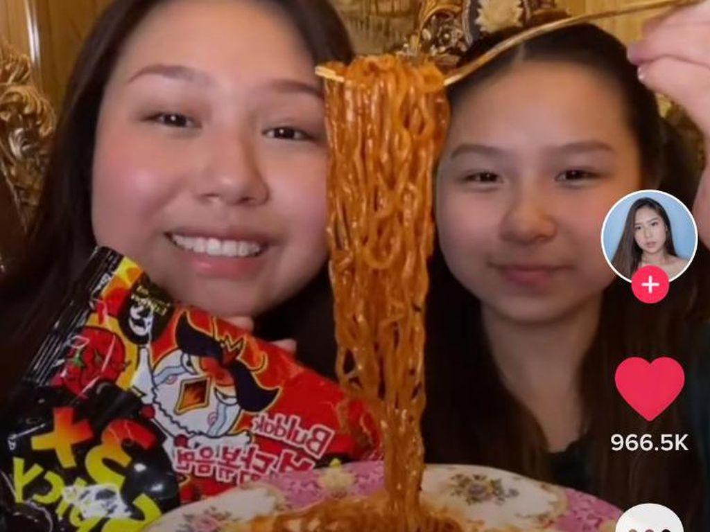Kakak Adik Ini Review Samyang, Netizen Fokus ke Dapur yang Super Mewah