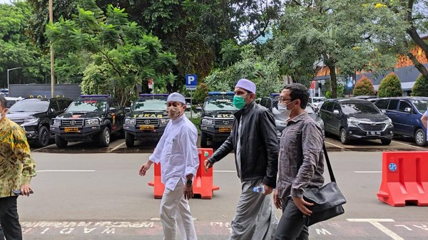 Setelah sebelumnya diminta untuk menyerahkan diri, Ketua Umum FPI Ahmad Shabri Lubis dan Panglima Laskar Pembela Islam (LPI) Maman Suryadi mendatangi Polda Metro Jaya. Mereka datang sebagai tersangka kasus kerumunan di Petamburan, Jakarta Pusat.