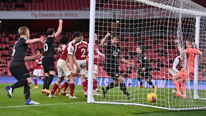 LONDON, ENGLAND - DECEMBER 13: (L-R) Ben Mee, Ashley Barnes and James Tarkowski of Burnley celebrate as Pierre-Emerick Aubameyang of Arsenal (obstructed) scores an own goal during the Premier League match between Arsenal and Burnley at Emirates Stadium on December 13, 2020 in London, England. A limited number of spectators (2000) are welcomed back to stadiums to watch elite football across England. This was following easing of restrictions on spectators in tiers one and two areas only. (Photo by Laurence Griffiths/Getty Images)