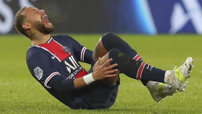 PSGs Neymar falls in pain during the League One soccer match between Paris Saint Germain and Lyon, at the Parc des Princes stadium in Paris, France, Sunday, Dec. 13, 2020. (AP Photo/Thibault Camus)