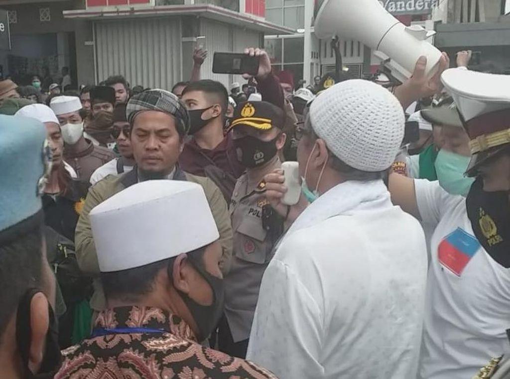 Desak Habib Rizieq Dibebaskan, Massa Datangi Polres Garut