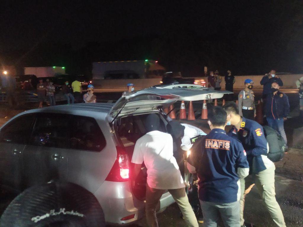 Polisi Geledah Mobil Laskar FPI di Rest Area Km 50, Temukan Samurai-Amunisi