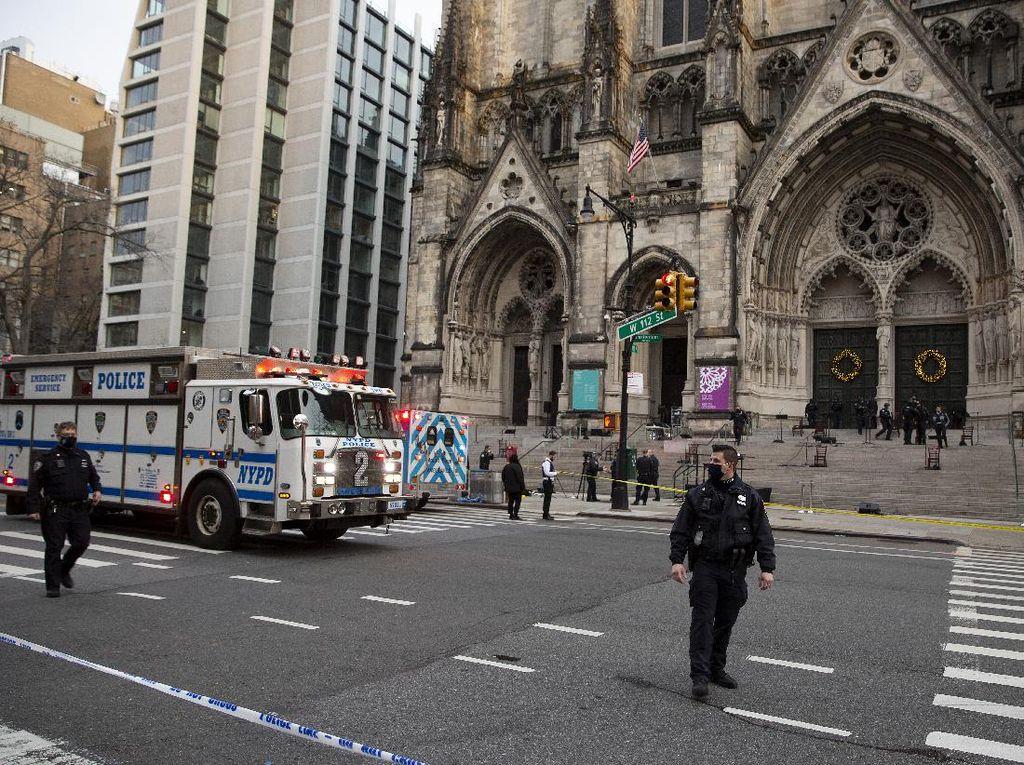 Momen Polisi Tembak Pria Bersenjata yang Serang Gereja di New York