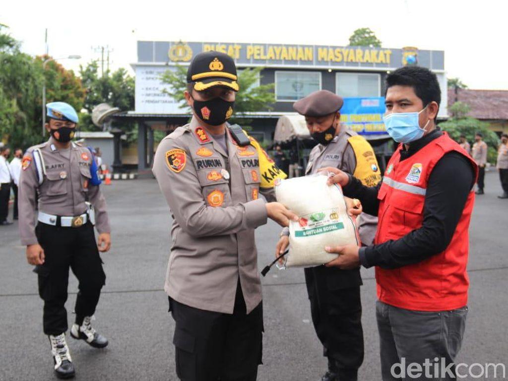 10 Ton Beras Digelontorkan Polisi untuk Warga Tuban Terdampak COVID-19