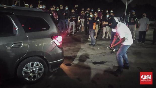 Sejumlah anggota tim penyidik Bareskrim Polri memperagakan adegan saat rekonstruksi kasus penembakan enam anggota laskar Front Pembela Islam (FPI) di Karawang, Jawa Barat, Senin (14/12/2020) dini hari. Rekonstruksi tersebut memperagakan 58 adegan kasus penembakan enam anggota laskar FPI di tol Jakarta - Cikampek KM 50 pada Senin (7/12/2020) di empat titik kejadian perkara. CNN Indonesia/Yogi Anugrah