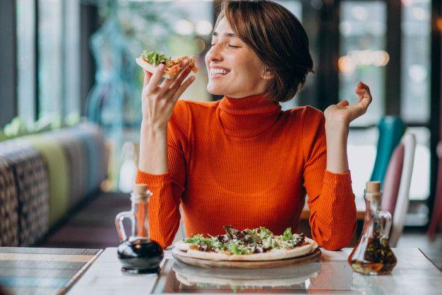 Makan enak di restoran sih sah-sah saja. Tapi kalau kamu setiap hari melakukannya, kebiasaan ini juga bisa bikin uang sakumu cepat habis.