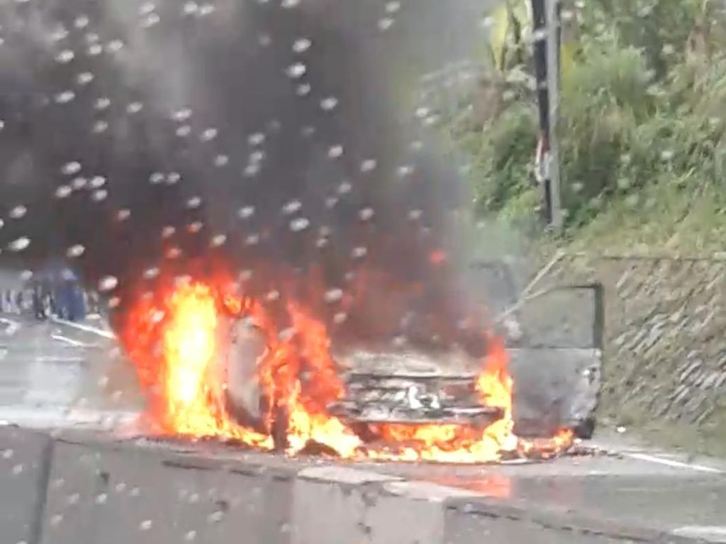 Sebuah Mobil Ludes Terbakar di Jalan Soekarno-Hatta Semarang