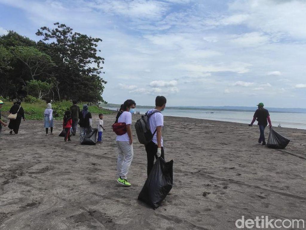 Dukung Pelestarian Geopark Ijen, Komunitas Banyuwangi Bersih- Bersih Pantai