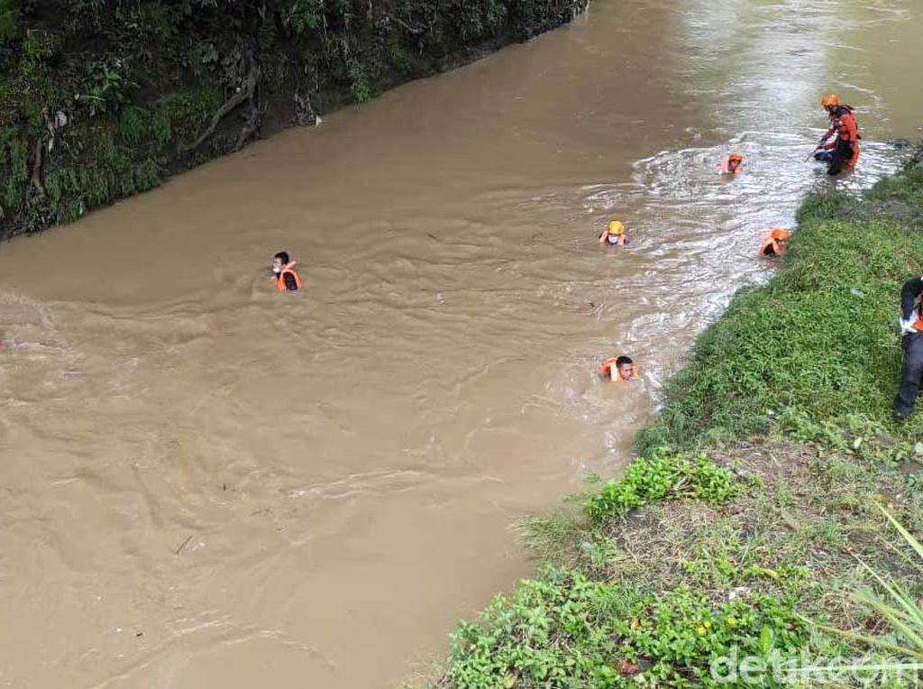 Susur Sungai, Tim SAR Cari Anggota TNI Korban Tertabrak KA