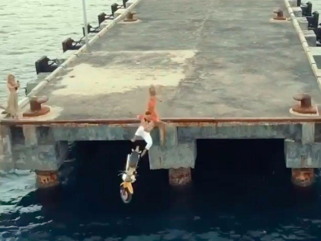Bule Nyebur-Buang Motor ke Laut Bisa Dideportasi? Ini Kata Kumham Bali