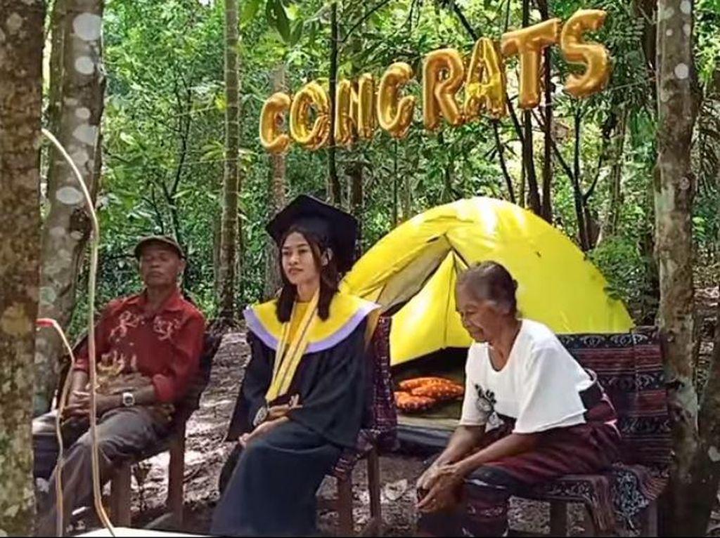 Kisah Mahasiswi NTT yang Viral Wisuda di Tengah Hutan Demi Bisa Dapat Sinyal