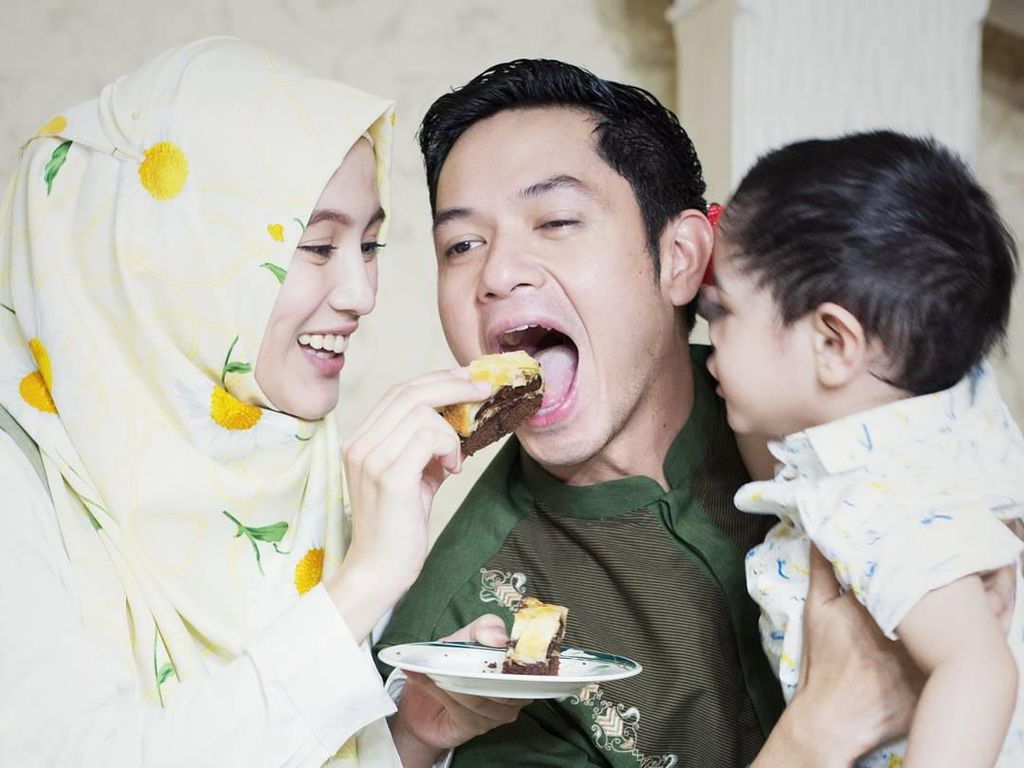 Alyssa Soebandono Istri Idaman, Suapi Suami hingga Ajak Anaknya ke Dapur