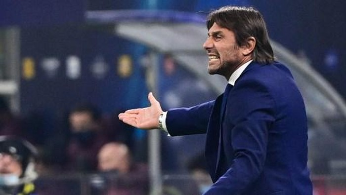 Inter Milans Italian coach Antonio Conte reacts during the UEFA Champions League Group B football match Inter Milan vs Real Madrid on November 25, 2020 at the Giuseppe-Meazza (San Siro) stadium in Milan. (Photo by MIGUEL MEDINA / AFP)