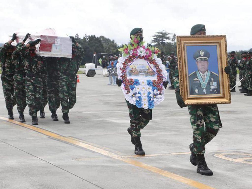 Tiba di Jayapura, Jenazah Wakasad Letjen Herman Disambut Pejabat Papua