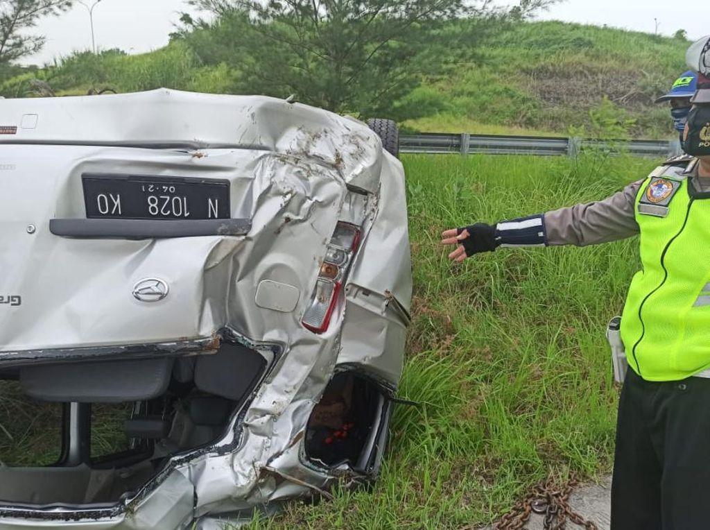 Ban Pecah, Minibus Berpenumpang 9 Orang Terguling di Tol Gempas