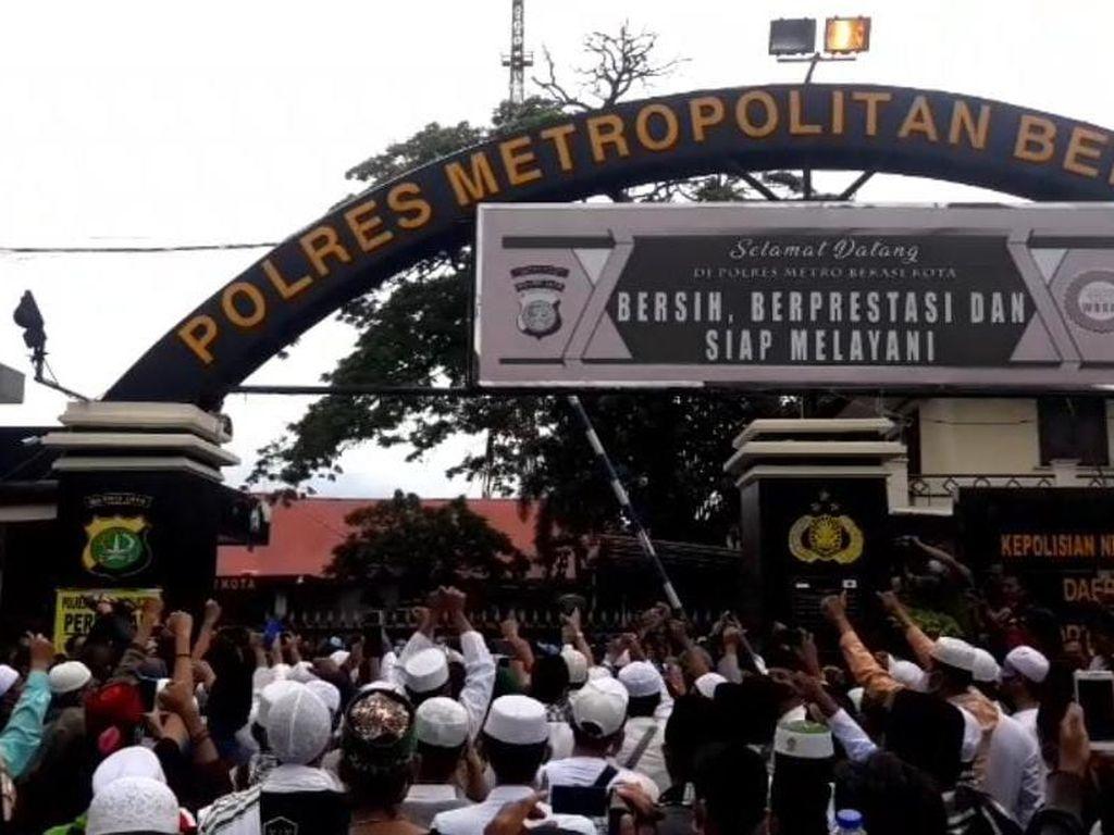 Video Massa FPI Geruduk Polres Bekasi Kota Minta HRS Dibebaskan