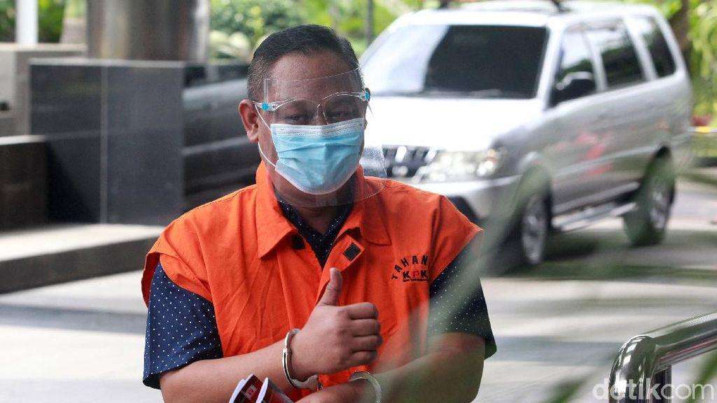 Diperiksa KPK, Tahanan Kasus Bansos Angkat Jempol