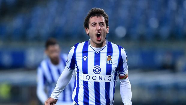 SAN SEBASTIAN, SPAIN - NOVEMBER 29: Mikel Oyarzabal of Real Sociedad celebrates after scoring their sides first goal during the La Liga Santander match between Real Sociedad and Villarreal CF at Estadio Anoeta on November 29, 2020 in San Sebastian, Spain. Sporting stadiums around the Spain remain under strict restrictions due to the Coronavirus Pandemic as Government social distancing laws prohibit fans inside venues resulting in games being played behind closed doors. (Photo by Juan Manuel Serrano Arce/Getty Images)