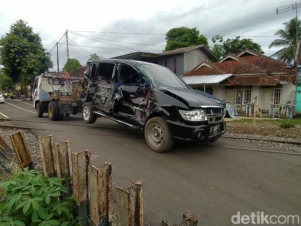 Mobil Berisi 3 Orang Tertabrak Kereta di Tasikmalaya