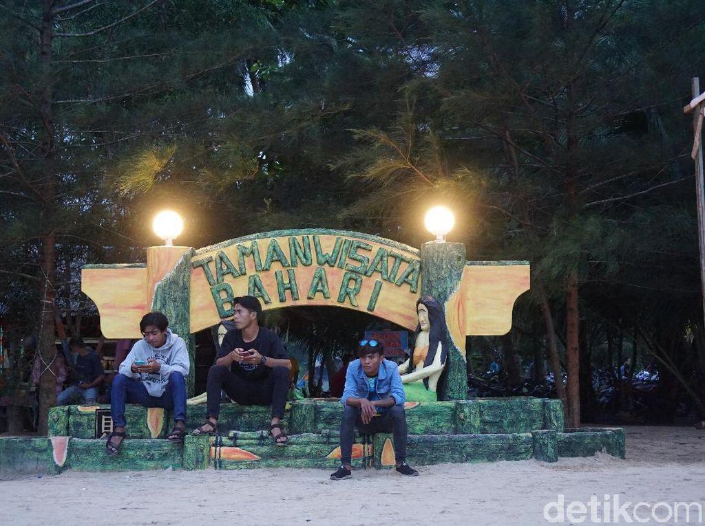 Potret Malam di Pantai Bahari, Pantai Hits di Sambas