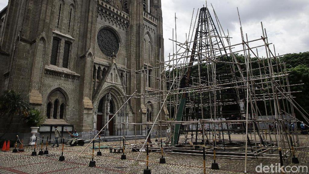 Pembuatan Pohon Natal Raksasa di Katedral Jakarta