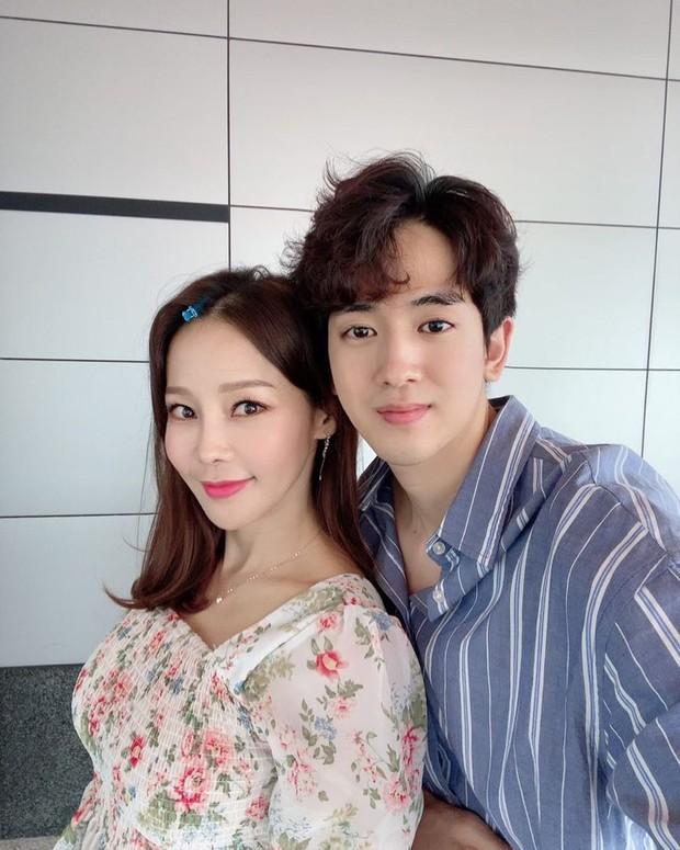 Ryu Phillip dan Shim Mina mengumumkan hubungannya pada tahun 2015 dan kabar tersebut berhasil mencuri perhatian publik, karena mereka memiliki selisih usia mencapai 17 tahun.