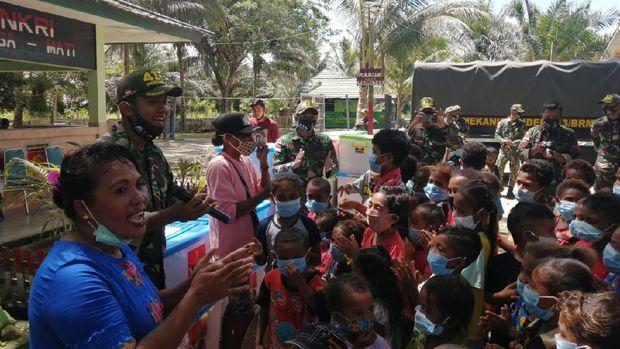 Satgas Pamtas RI-PNG mengubah truk menjadi perpustakaan sebagai sarana belajar anak-anak saat sekolah ditutup selama pandemi (dok. TNI)