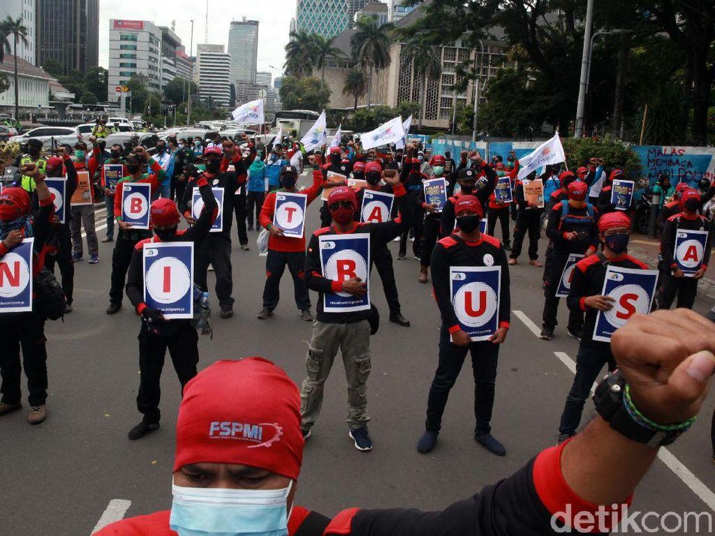 Massa Demo Buruh Bubarkan Diri, Jalan Medan Merdeka Barat Dibuka