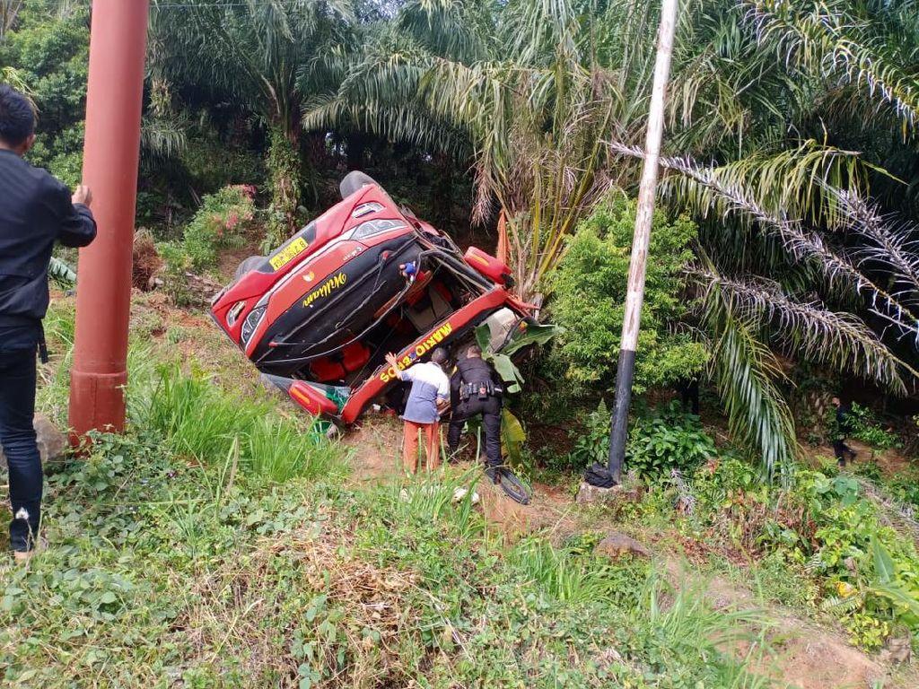 Bus Pengangkut Personel Brimob Polda Sumsel Terbalik di Jambi