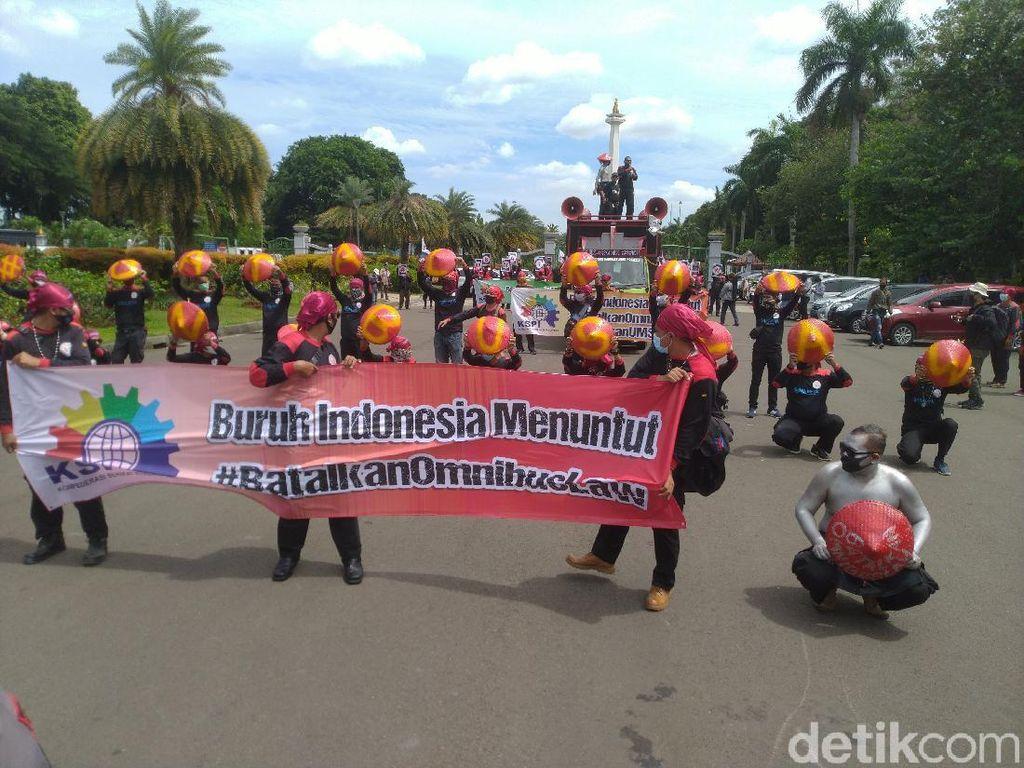 Buruh Demo di Patung Kuda, Tuntut Batalkan Omnibus Law Cipta Kerja