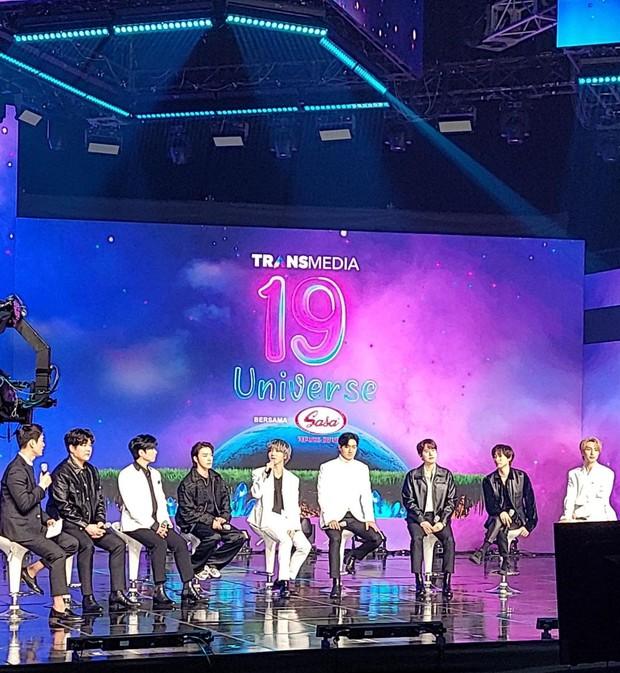 Geba 'Bung Korea' saat memandu acara Ulang Tahun Transmedia ke-19 bersama Super Junior