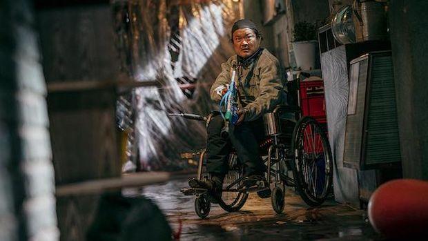 Han Doo-sik (Kim Sang-ho) dalam serial Sweet Home.