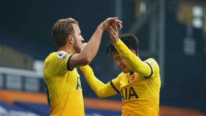 WEST BROMWICH, ENGLAND - NOVEMBER 08: Harry Kane of Tottenham Hotspur celebrates with teammate Son Heung-Min after scoring his sides first goal during the Premier League match between West Bromwich Albion and Tottenham Hotspur at The Hawthorns on November 08, 2020 in West Bromwich, England. Sporting stadiums around the UK remain under strict restrictions due to the Coronavirus Pandemic as Government social distancing laws prohibit fans inside venues resulting in games being played behind closed doors. (Photo by Dave Thompson - Pool/Getty Images)