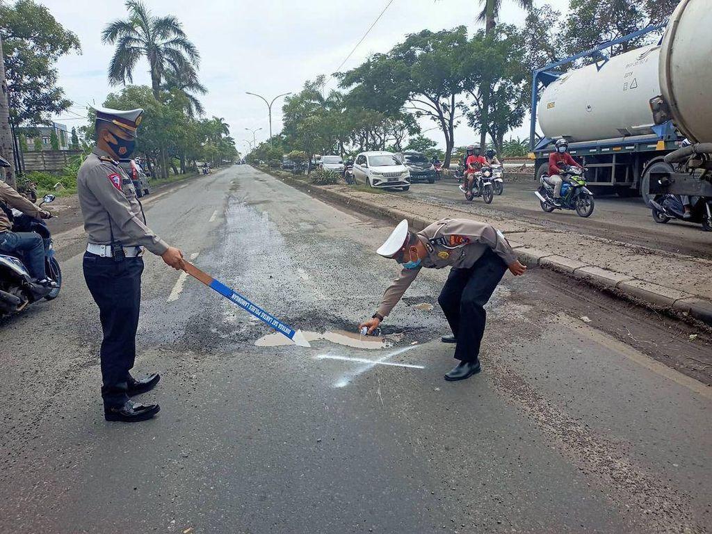 Hati-hati, Jalan Berlubang di Jalur Lamongan-Babat Rawan Kecelakaan