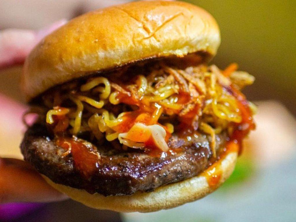 Hits Banget! Burger Ini Diberi Isian Indomie dan Daging Wagyu