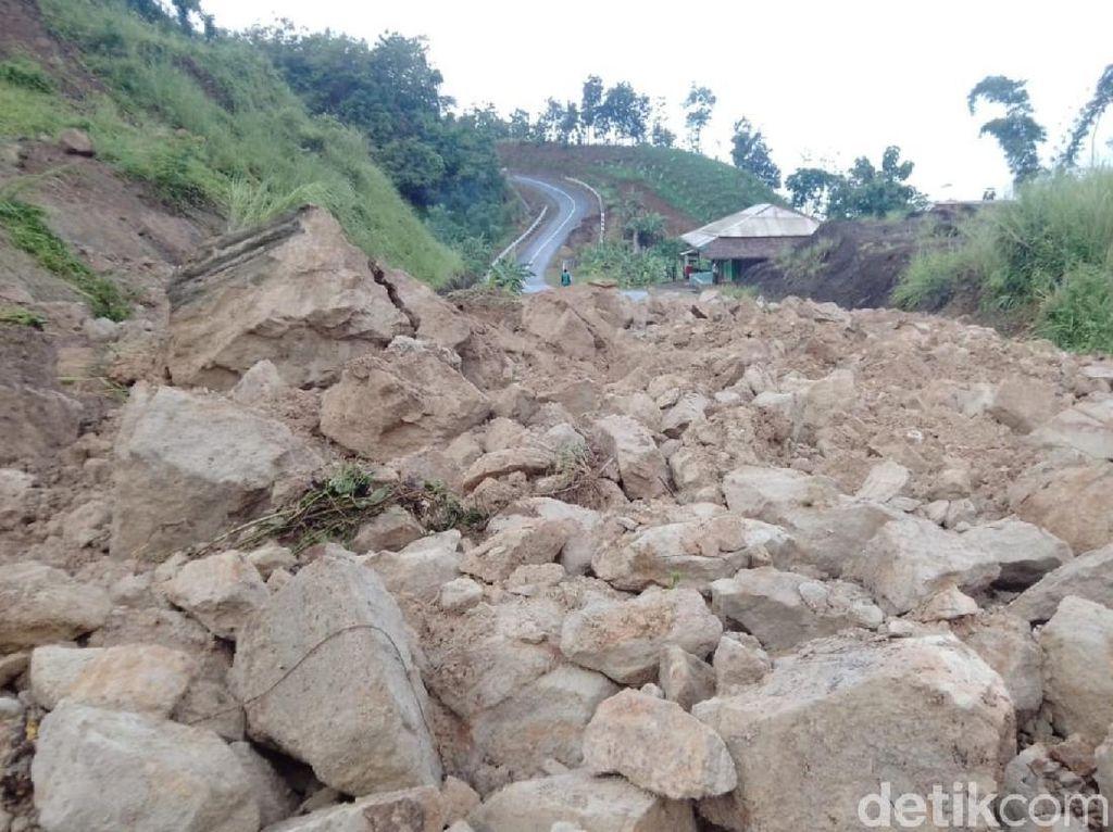 Akses Utama Menuju Geopark Ciletuh Sukabumi Terputus Akibat Longsor