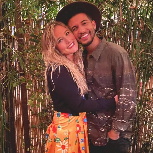 Penyanyi dan aktor bernama Jordan Fisher, pertama kali bertemu dengan sang kekasih, Ellie Woods, saat remaja di Birmingham, Alabama.