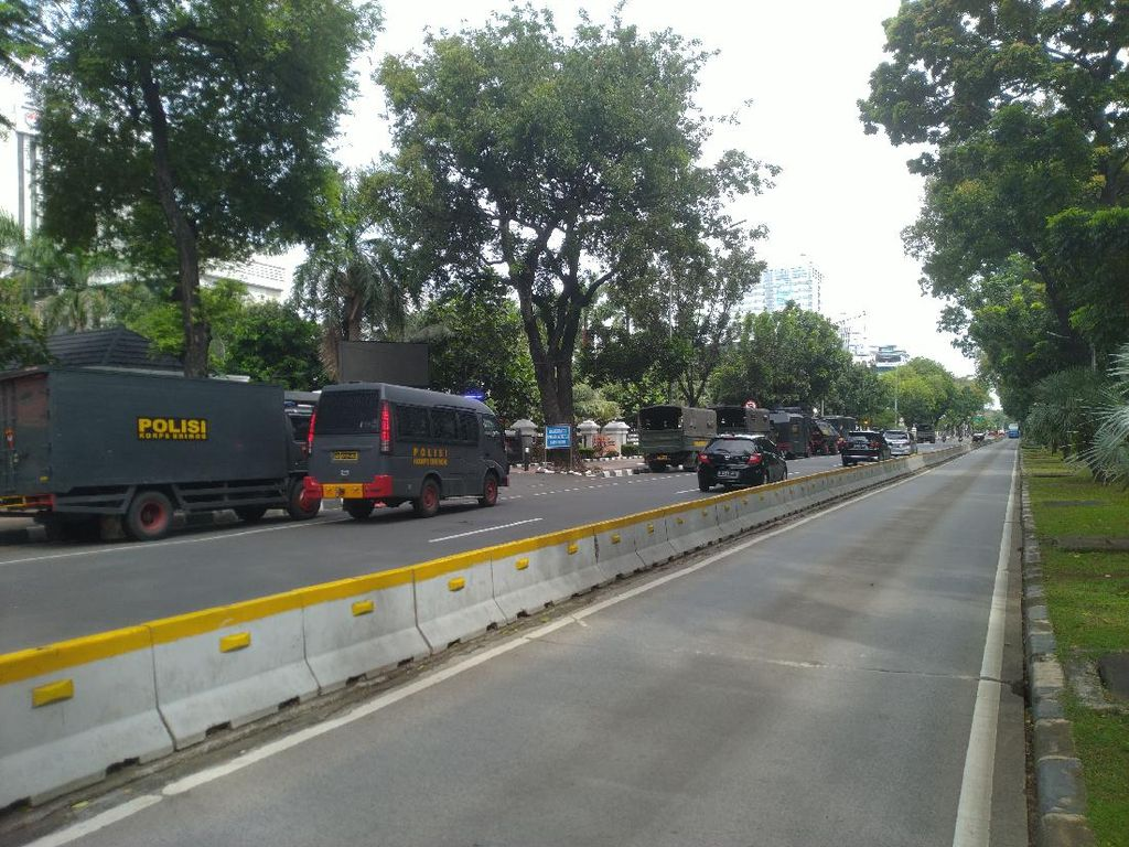 Kendaraan Water Cannon-Barracuda Disiagakan Jelang Demo Buruh di Patung Kuda
