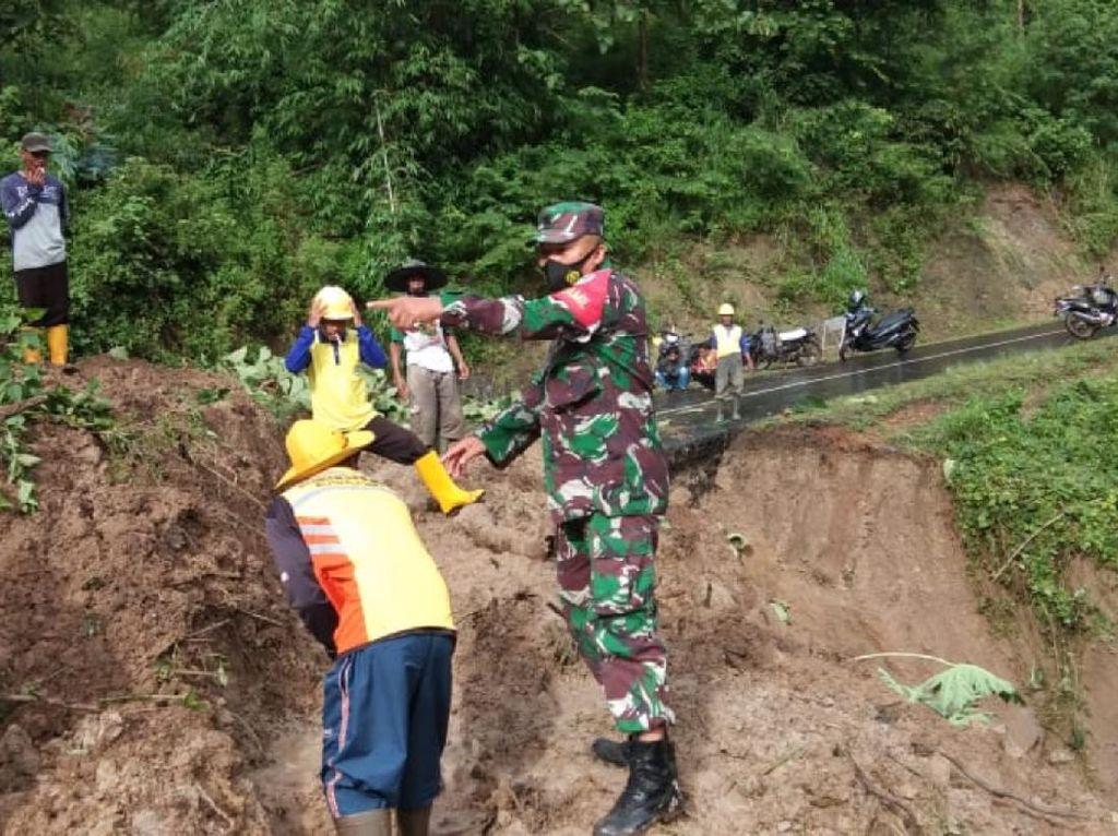 Alat Berat Buka Akses Longsor di Geopark Ciletuh Sukabumi